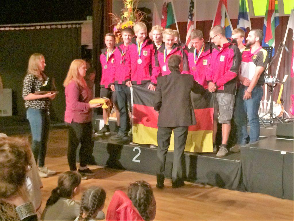 Die U 18 bei der Siegerehrung. Silbermedaille!!!
